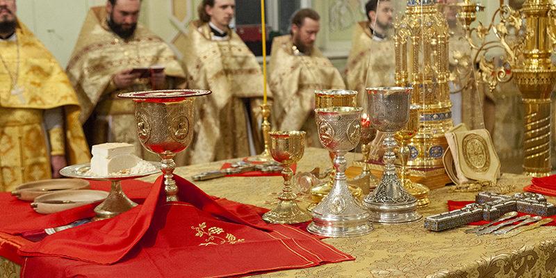 Благочинный сослужил Митрополиту за ночной литургией в Свято-Покровском храме г. Саратова