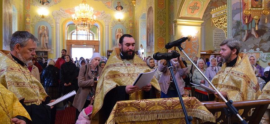 Священники Аткарского благочиния совершили молебен у мощей святителя Спиридона Тримифунтского_ФОТО